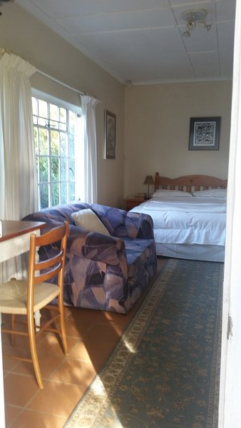 Chambre avec lit double, canapé, DSTV et wifi.