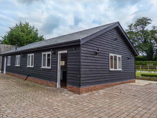 WILLOW HOUSE, barn conversion, with WiFi, en-suite, parking and private, holiday rental in Wickhambreaux