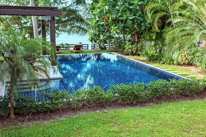 Pool with mature garden leading directly to quiet beach. Safe for young kids!