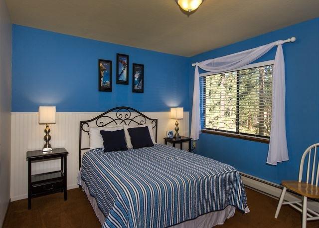 Détendez-vous dans cette chambre queen size après une journée à la plage!