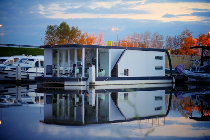 HomeBoat Glamping on the water, casa vacanza a Lombardsijde