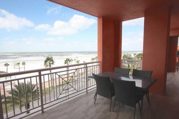 Ruim balkon met zitplaatsen voor 4-6 met uitzicht op The Amazing Golf van Mexico in Clearwater Beach