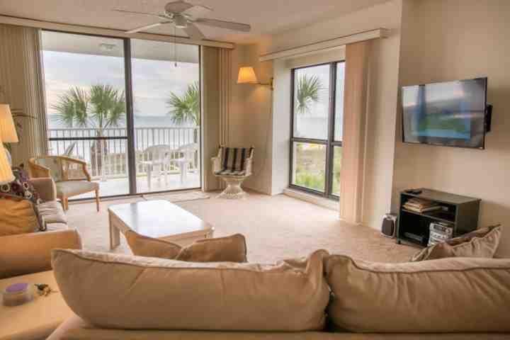 Sala de estar con una vista