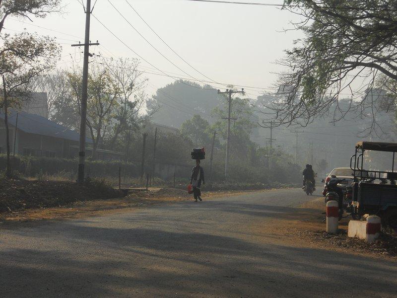 Mistige ochtend lucht in de stad