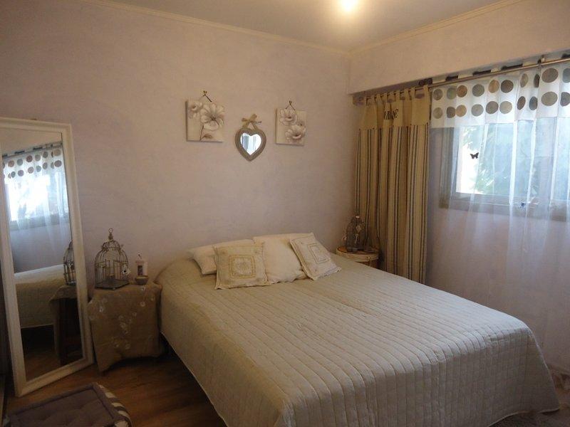 Belle chambre climatisée dans un grand appartement à 300 mètres des plages