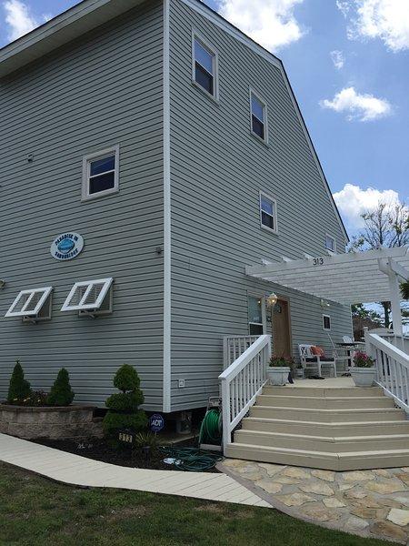 Hermosa puerta de entrada a la cubierta inferior. Hay 2 más terrazas que dan al mar!