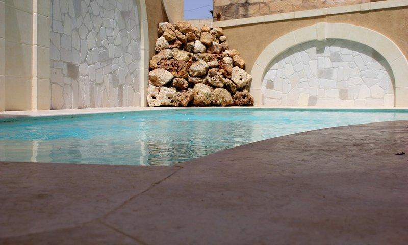 Dar Ta Nina Gorgeous Luxury Villa Pool Aircon WiFi, vacation rental in Xaghra