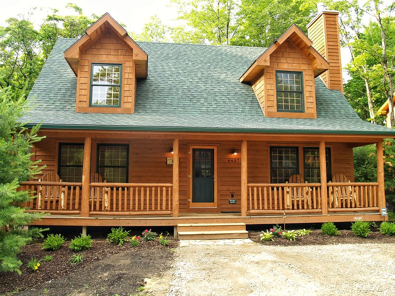 Cedar Creek Lodge Rustic Luxury Cabin w/ POOL & Fireplace, alquiler de vacaciones en Allegan County