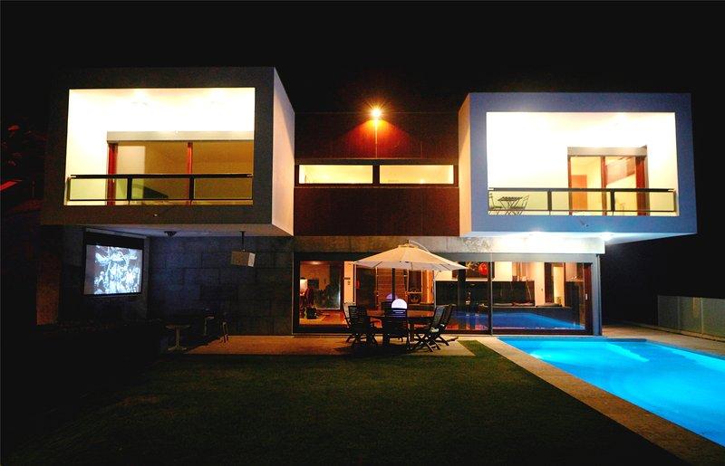 Premiato villa moderna. Piscina, sala benessere, cinema, giardini, giochi