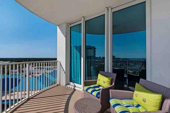 Gran balcón con acceso desde la sala de estar y dormitorio principal