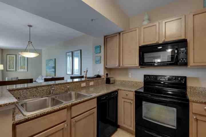 Cocina con gabinetes de granito y actualizados