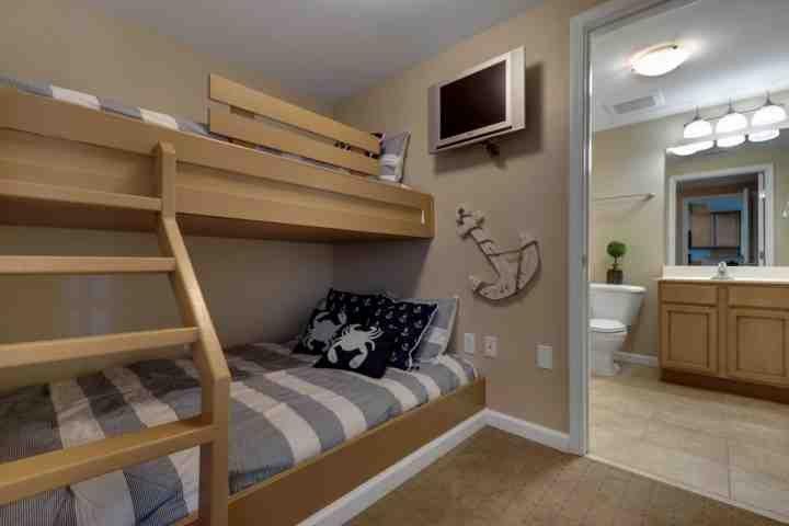 Costumbre literas con una cama doble en el fondo