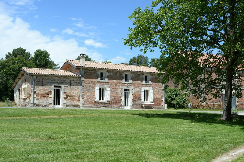 Gîte en Dordogne pêche, randonnées, calme assuré sur une propriété de 150 ha, vacation rental in Eygurande-et-Gardedeuil