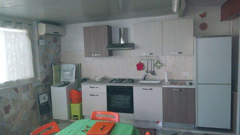 altra foto della cucina soggiorno