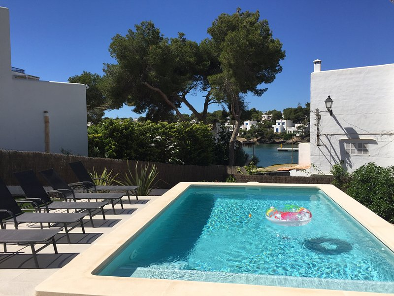 Luxury 5 bed Villa with Heated Swimming Pool overlooking Cala d'Or Estuary, location de vacances à Cala d'Or