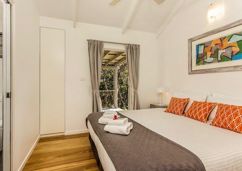 Schlafzimmer 1 - King-Konfiguration. Polstermöbel können variieren.