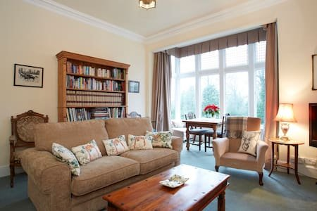 Handsome Harrogate Haven, Park Drive, Yorkshire: Elegant, 5* Cleaned Apartment!, holiday rental in Spofforth