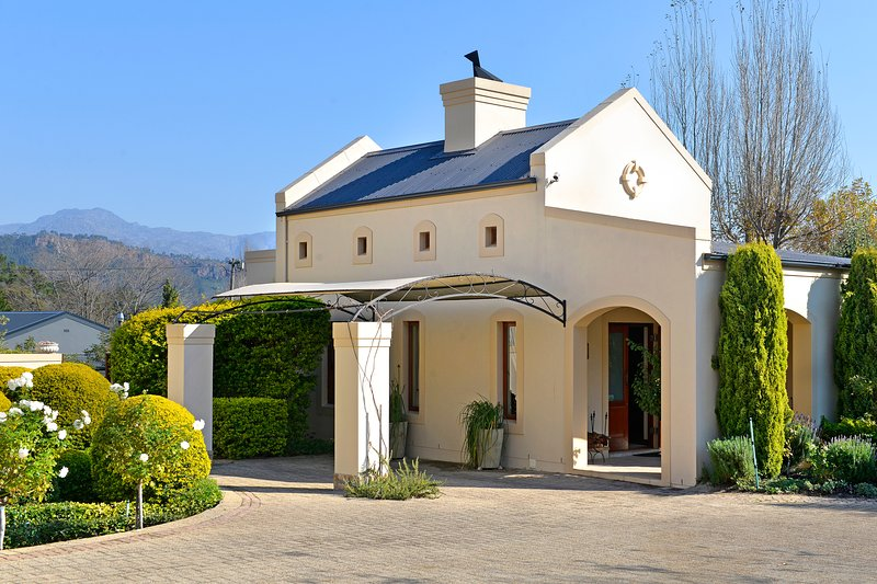 Petit Plaisir. lovely romantic cottage with beautiful mountain views, alquiler de vacaciones en Franschhoek