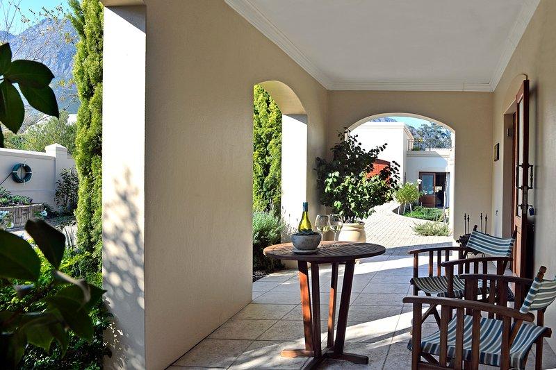 patio avec jardin et vue sur la montagne