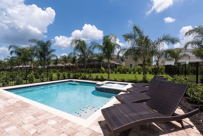 Six miles away from Disney World with private swimming pool and spa. Home chef and spa available.