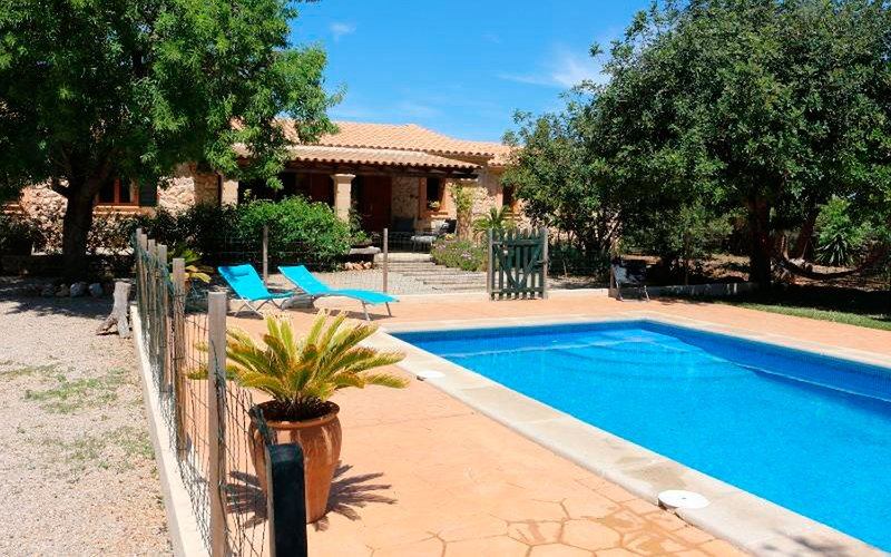 Villa with private pool and garden, holiday rental in Llubi