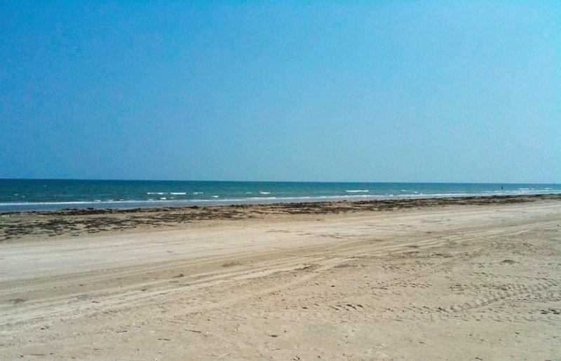 La plage est juste en face des dunes