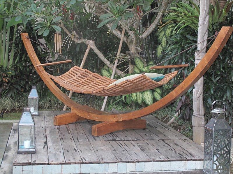 .. Einfach perfekt unter dem Frangipanibaum und vor unserem kleinen Tempel zu entspannen