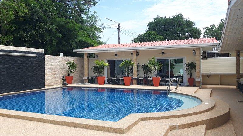 Villa with pool sleeps 22 near Bang sare, vacation rental in Ban Chang