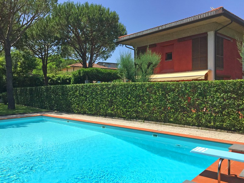 VILLA TORRE 300m from sea, 2 Pools, A/C, free WiFi, BBQ near Forte dei Marmi, holiday rental in Avenza