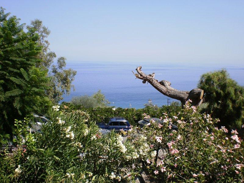 Bilocale con terrazza panoramica e ampio giardino, holiday rental in Letojanni