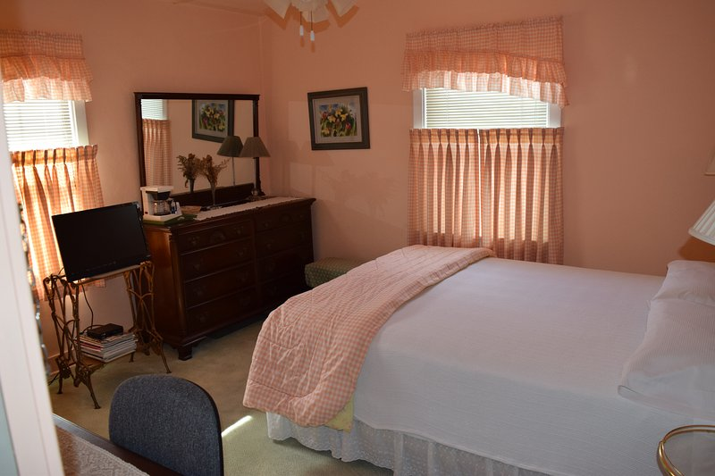 Otto Pape Rm. Queen bed,  Free WiFi, cable TV, coffee pot, micro-wave, walk-in closet, garden view.