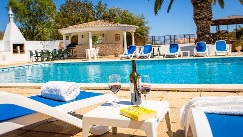 Grande piscine, bar de la piscine en libre service, un barbecue et un bain à remous.
