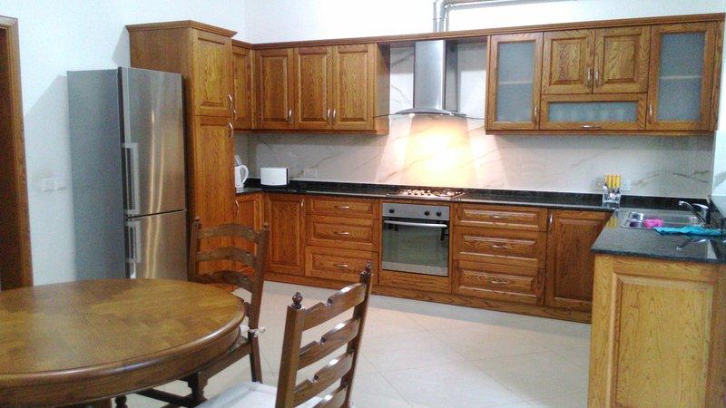 Cocina totalmente equipada - nevera, tostadora, horno, cocina, hervidor de agua, ollas y bolígrafos, cubertería y utensilios de cocina