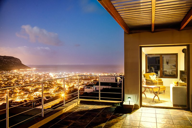 Penthouse Apartment with sea and mountain view, holiday rental in Fish Hoek