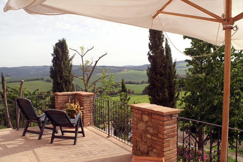 Il Castelletto - a vacation house for 6 with pool in Tuscany, holiday rental in Volterra