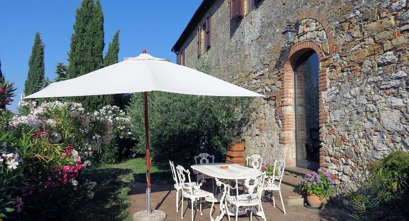 Acasa - a vacation house for 10 with pool in Tuscany, holiday rental in Volterra