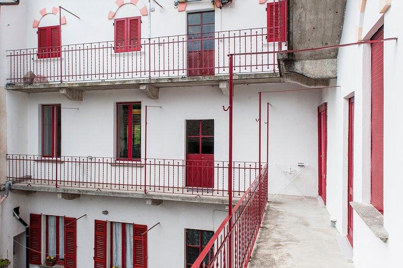 Palacio de Belvedere-amarillento apartamento balcón patio interior.