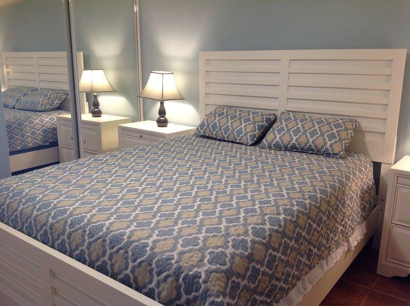 Queen size bed, ceiling fan, a/c