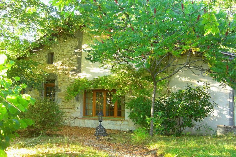 Characterful cottage with views over Dordogne countryside