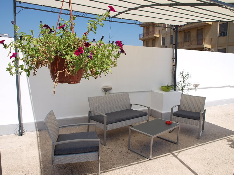 Large private terrace/solarium and free parking on the street, vacation rental in Syracuse