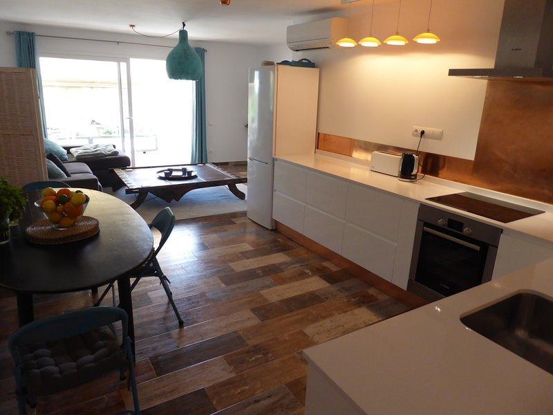 Moderna, brilhante cozinha & jantar