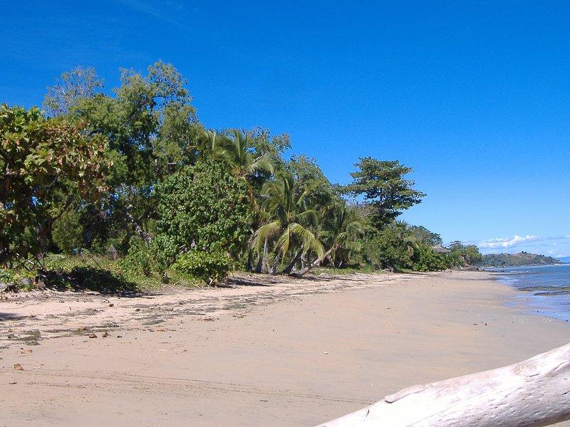 El bungalow frente a la playa durante la marea baja