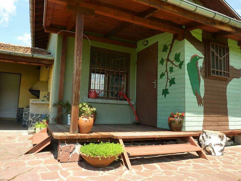 Mountain view Villa 'The Green Woodpecker' - Relaxation & Activities, alquiler de vacaciones en Pastra