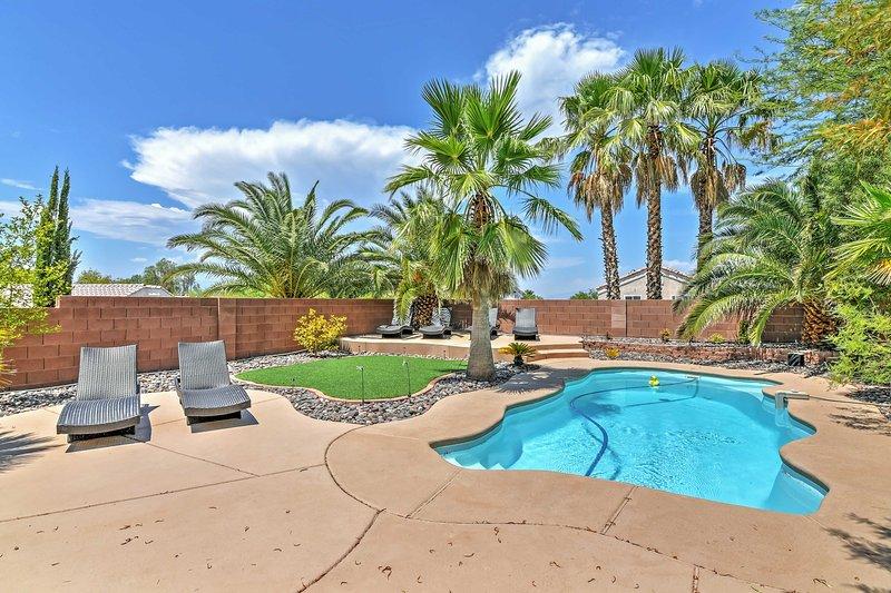 La piscina privada es la manera perfecta para combatir el calor del desierto.