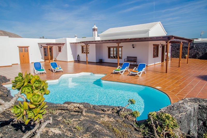 Casa Lola Lanzarote piscina climatizada, wifi y total privacidad, holiday rental in Tiagua