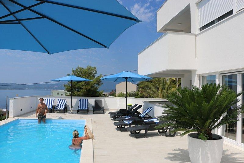Ferienwohnung mit Meerblick und  Pool für 5 Personen, holiday rental in Komarna