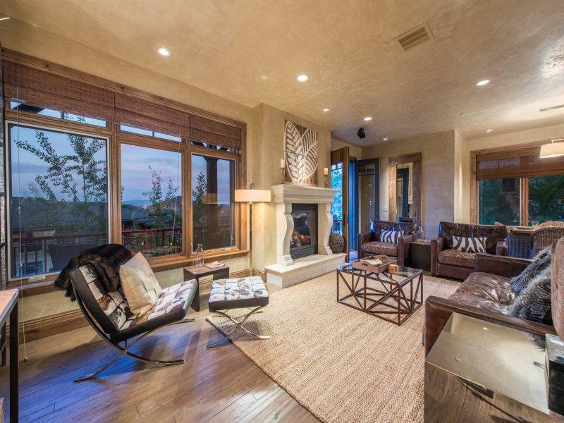 Luxuriöses Wohnzimmer mit vielen Sitzgelegenheiten, Kamin usw.