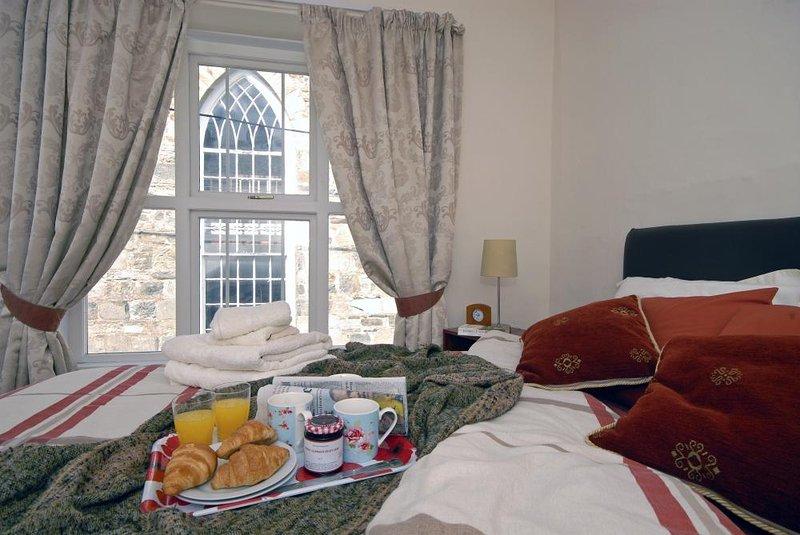Newport, Pembs holiday cottage - kingsize master bedroom
