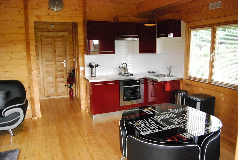 Modern chalet with heated outside Pool, location de vacances à Saint-Martin-de-Landelles