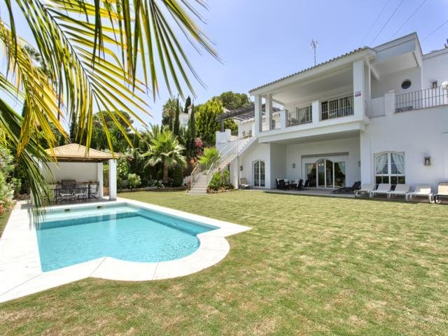 Luxury 5 bedroom Villa Dorian, holiday rental in Nueva Andalucia